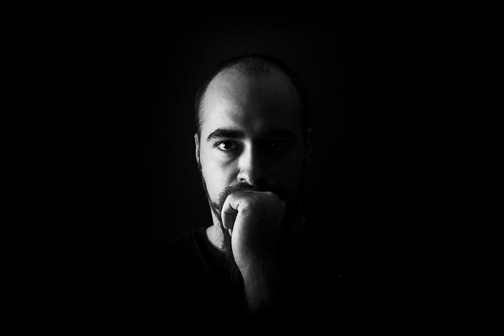 Photographe professionnel Reims, NoMade Photographie, Sébastien Mignot, shooting photo noir et blanc bol beauté sur fond noir
