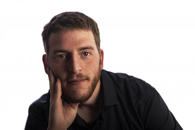 Photographe portrait Reims, Portrait d'entreprise à Reims - Cadre d'entreprise Mathias Billoud sur fond blanc eclairé par un flash coté gauche