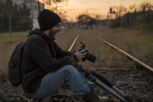 """Photographe particuliers Reims, Shooting photo en ville avec Mathias Billoud, Inspiration Nomade """"Bon souvenirs"""" sur les rails Pentax K20D en main"""
