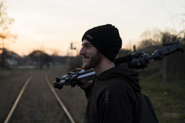 Photographe particuliers Reims, Shooting photo en ville avec Mathias Billoud, Inspiration Nomade Like Hobbo sur les rails trépied photo à la main