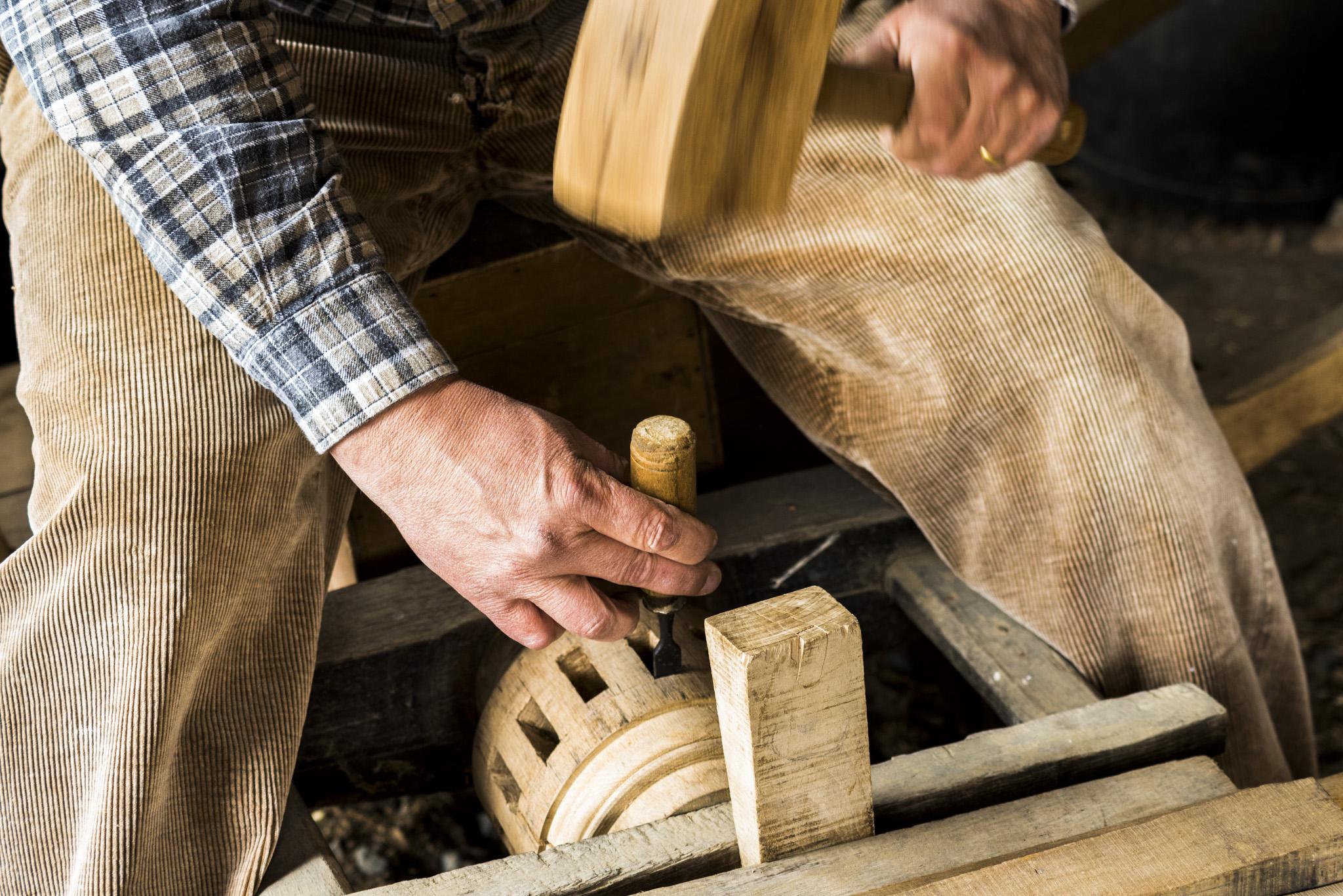 Photographe Reportage Illustration Reims, shooting photo vieux Métiers, Création des Moyeux de roues en bois