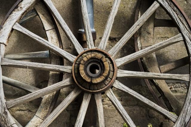 Photographe Reportage Illustration Reims, shooting photo des vieux Métiers, Ancienne roue en bois fabrication artisanale