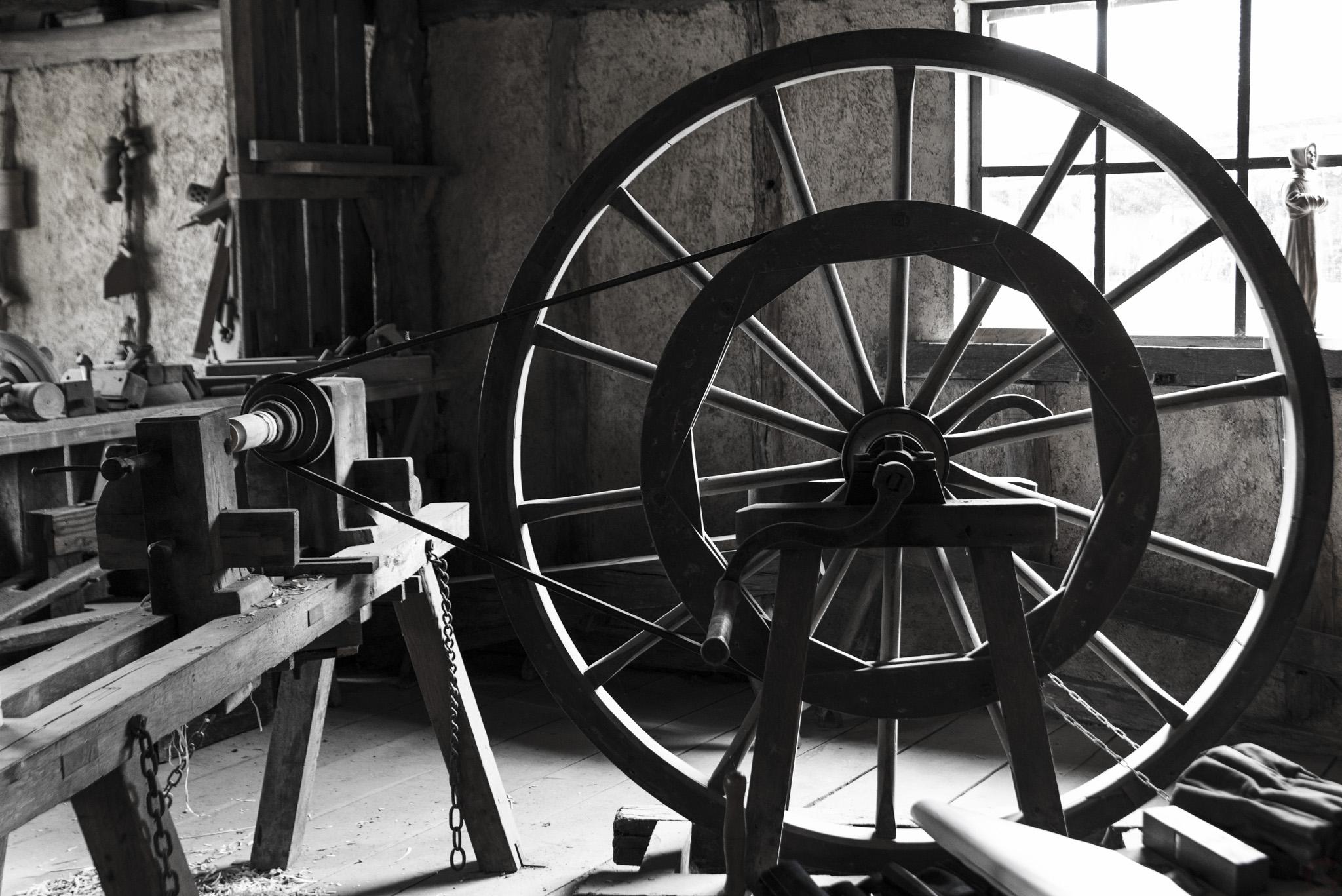 Photographe Reportage Illustration Reims, shooting photo des vieux Métiers, Tournage du bois avec roue et couroie en cuir
