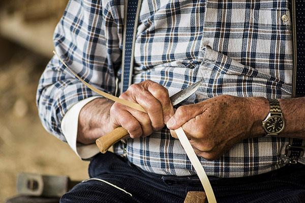 Photographe reportage Reims, shooting photo des métiers du bois pour banque d'image- fabrication de panier en bois